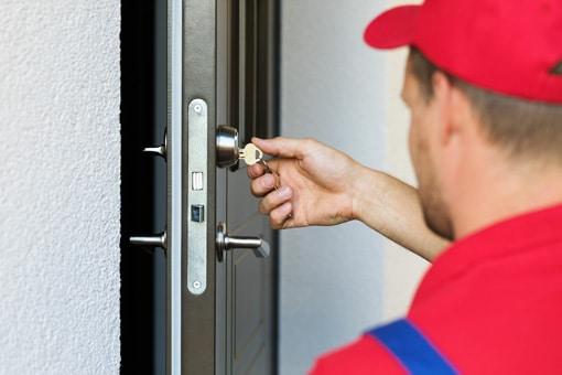 artisan serrurier ouvrant une porte