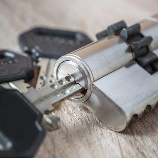 Cylindre de serrure avec clé à l'intérieur