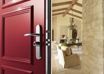 Porte blindée de couleur rouge entre ouverte