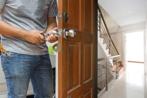 Serrurier qui vient d'ouvrir la porte fermé à clé d'un appartement