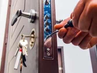 Porte qui grince: Nos conseils pour vous débarrasser de ce problème