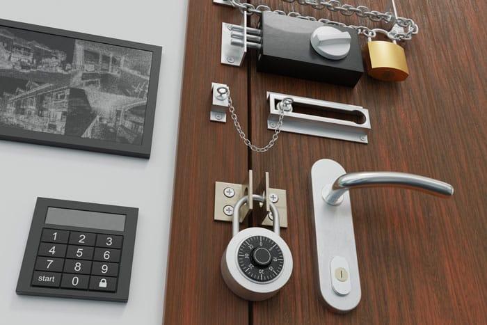 Illustration d'une porte avec diférents verrous et chaines de sécurité